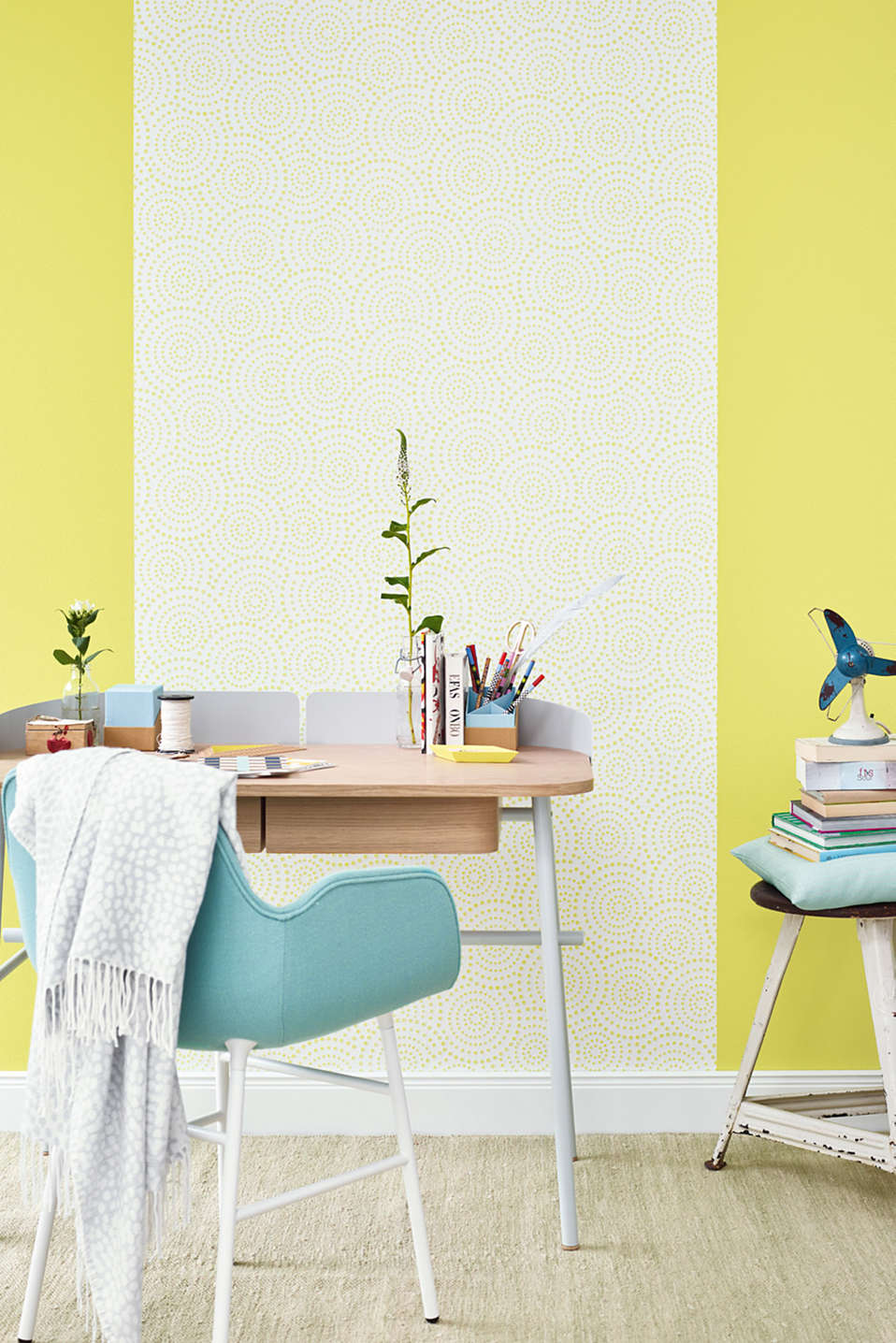 Non-woven wallpaper in a polka dot design, GREEN, detail image number 2
