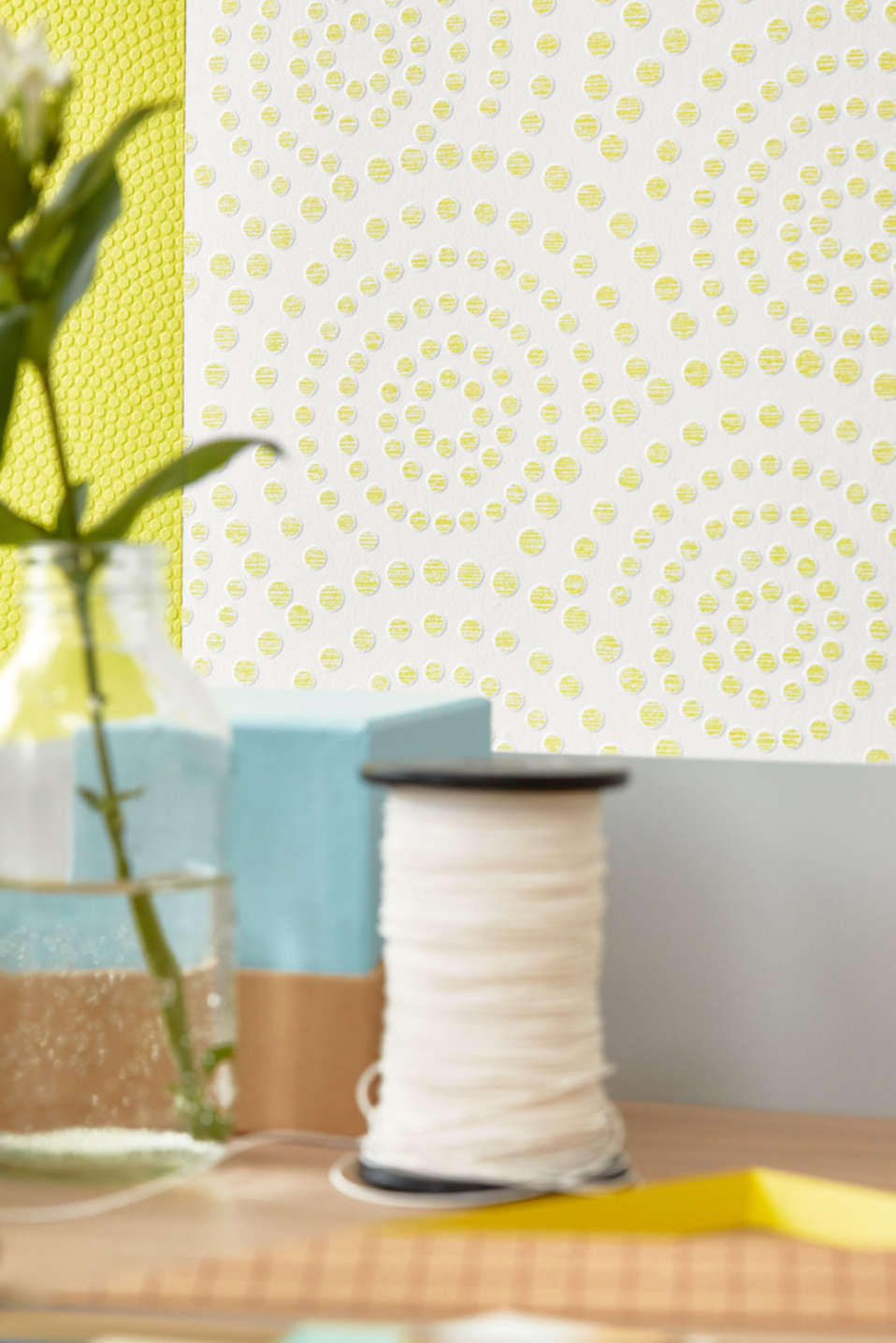 Non-woven wallpaper in a polka dot design, GREEN, detail image number 3