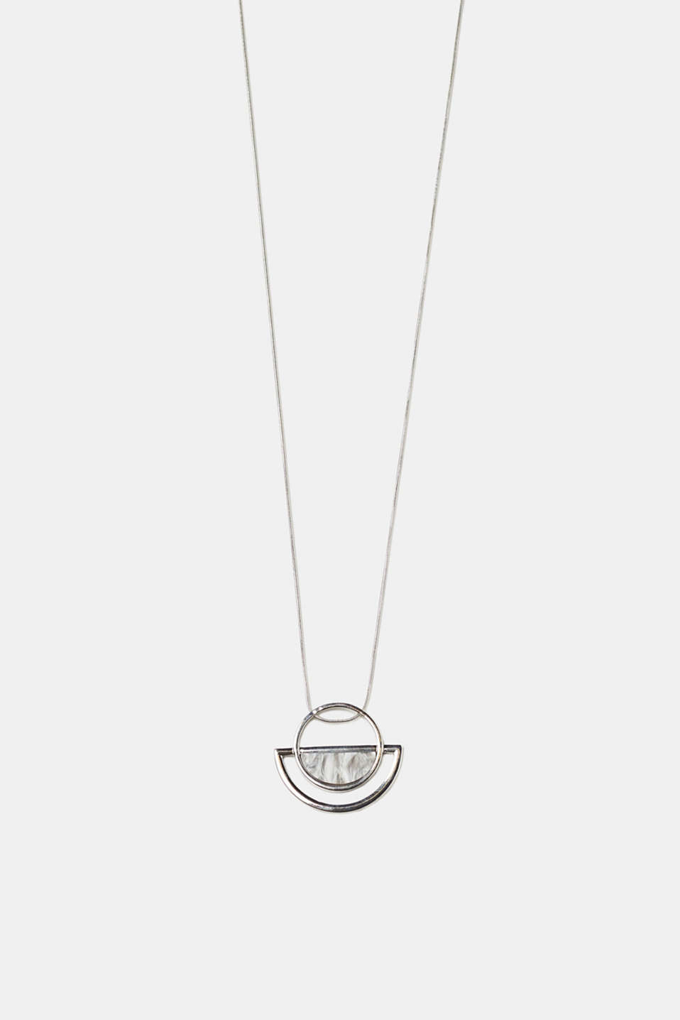 The distinctive pendant with a mother-of-pearl effect makes this necklace perfect for giving your look a cool finishing touch.