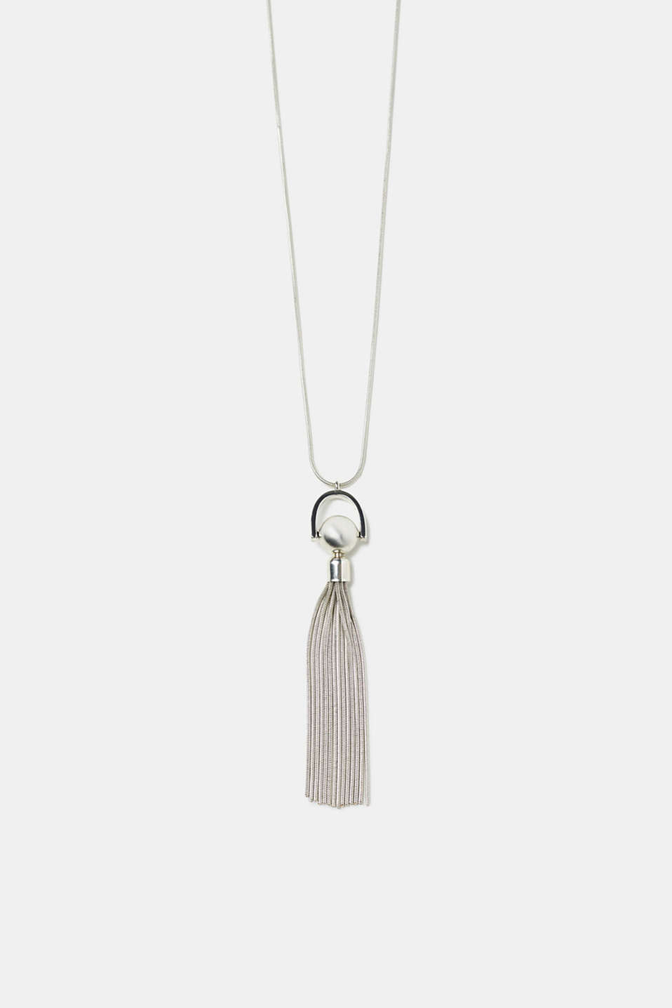 The distinctive tassel made of metal chains makes this long necklace really eye-catching.