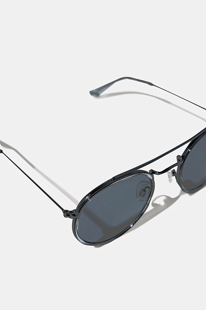 Round sunglasses with a metal frame