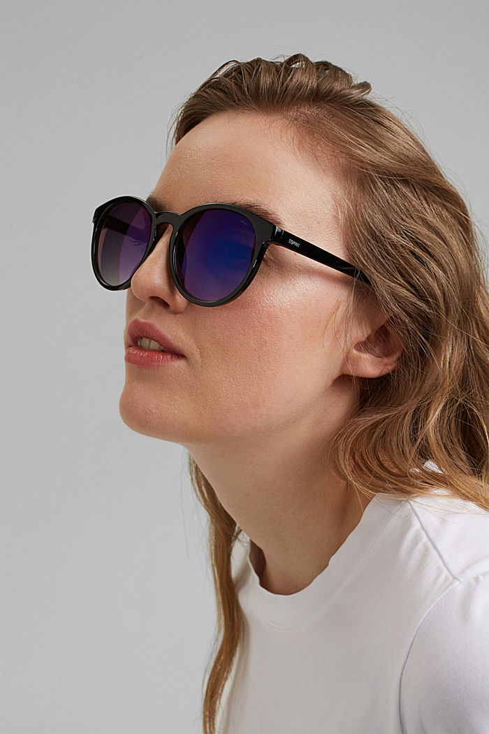 Round sunglasses in a retro style