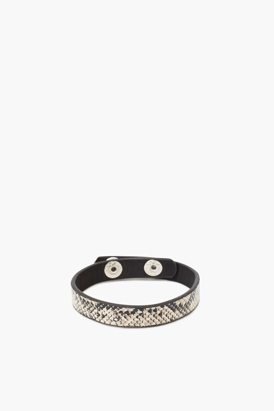 We love things with a reptile finish! This faux leather bracelet impresses with its python finish.