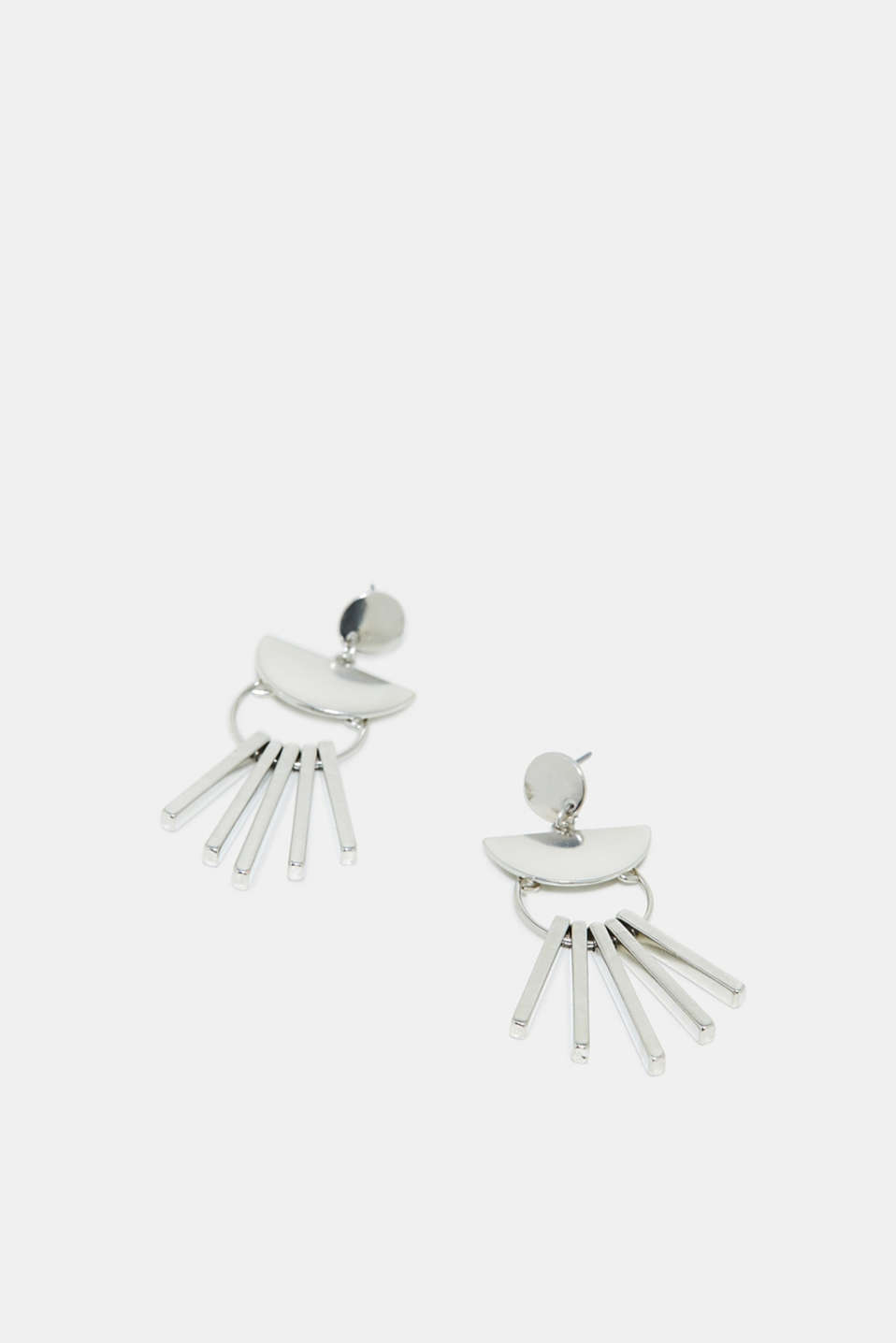 The geometric shape and highly polished metal gives these earrings a trendy look.