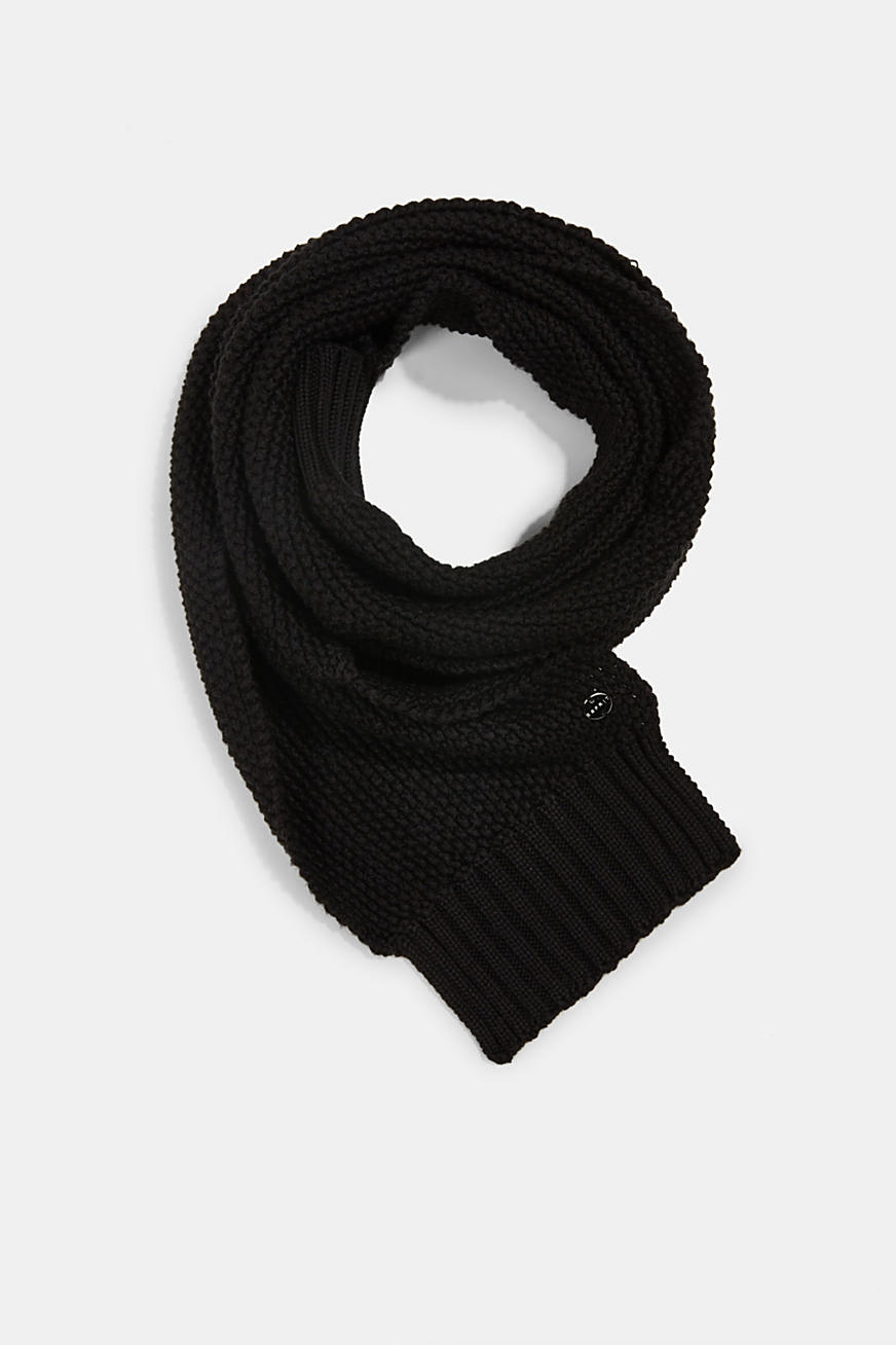 Knitted scarf with textured finish
