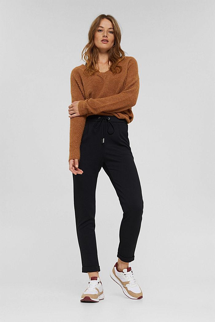 En matière recyclée: le pantalon stretch à taille élastique