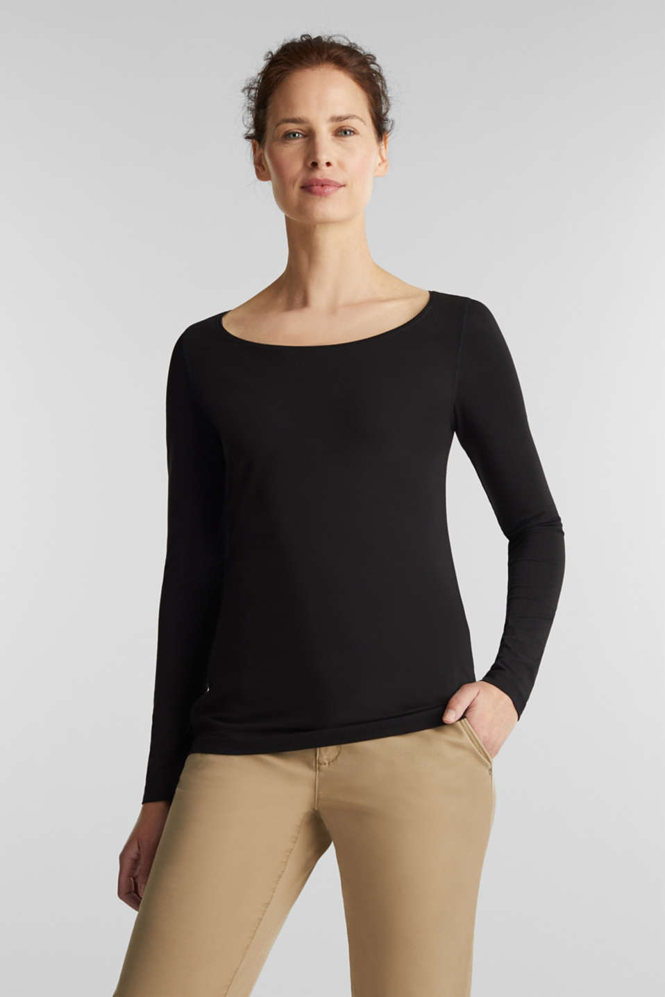 Stretch long sleeve top with a round neckline
