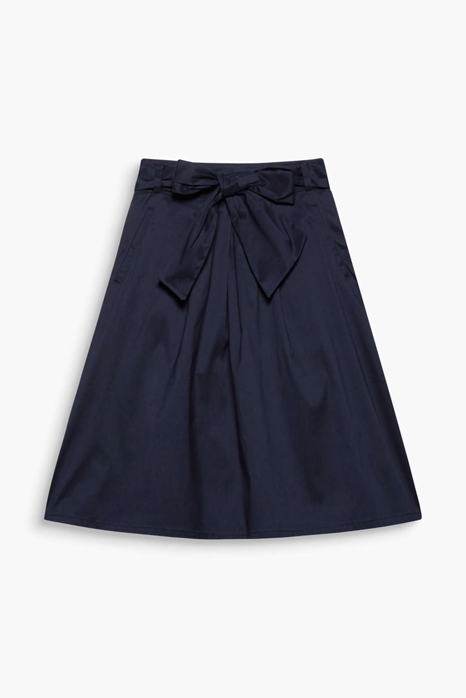 This lightly flared chintz skirt with a soft shimmer and wide, bow-fastening belt looks feminine and chic!