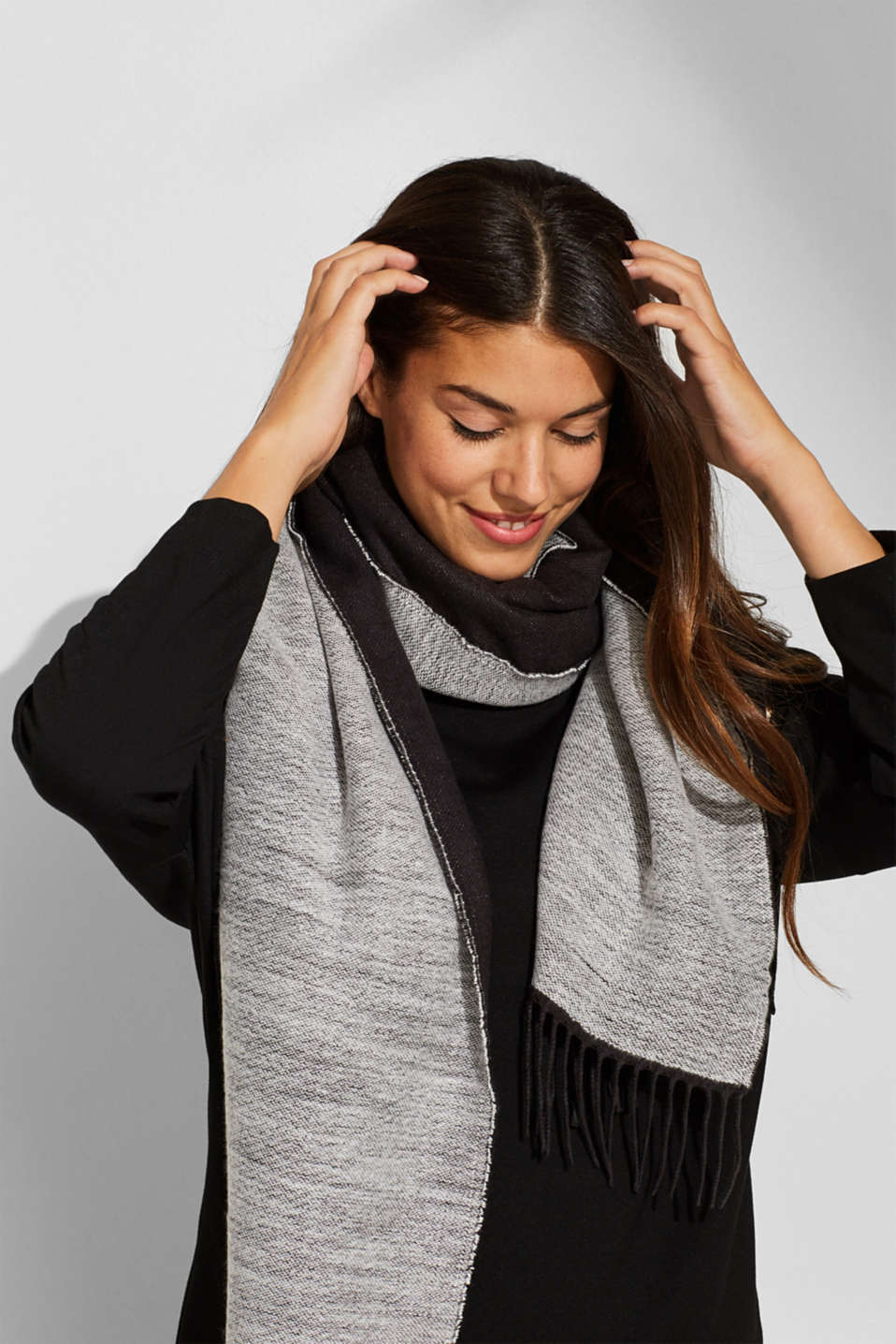 Oversized scarf with fringing, BLACK, detail image number 1