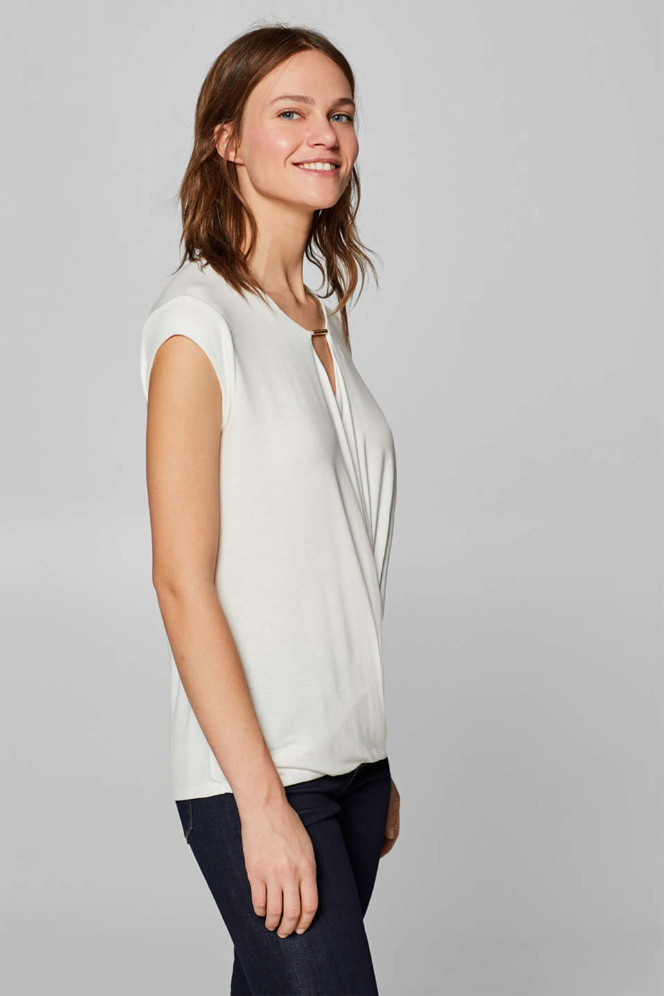 Esprit - Stretch-Shirt im Wickel-Look mit Schmuck-Detail