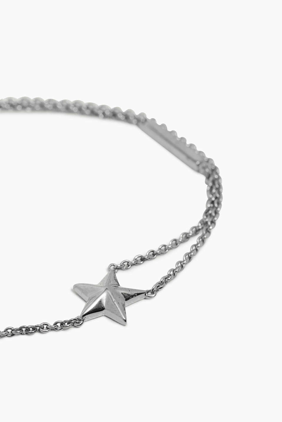 Trend: Stars – This fine link bracelet features a small star charm.