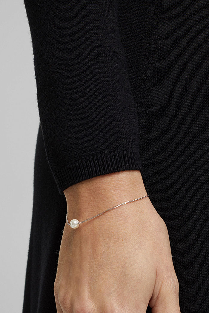Fine, faux pearl detail bracelet made of sterling silver