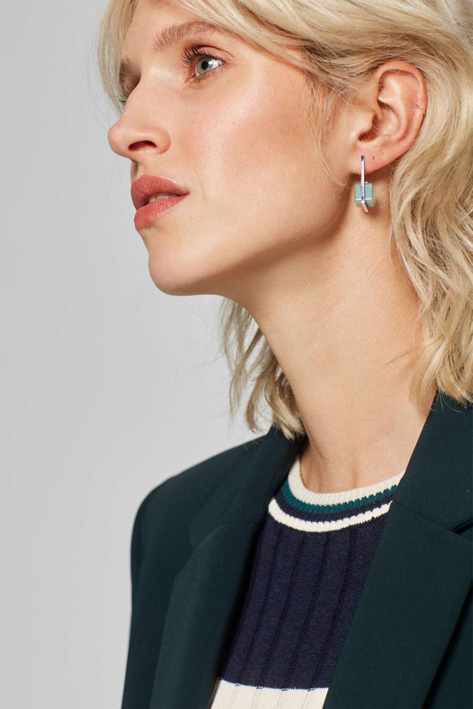 Stainless steel stud earrings with a jade-effect gemstone, one colour, detail image number 2