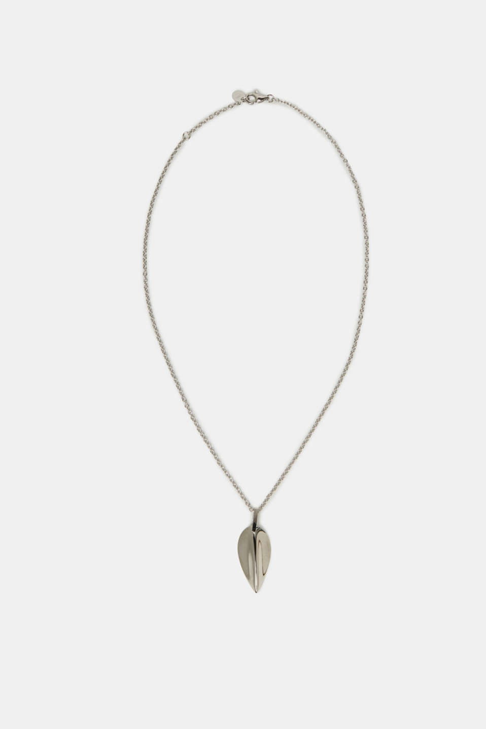 The leaf-shaped pendant makes this link chain the perfect everyday essential.