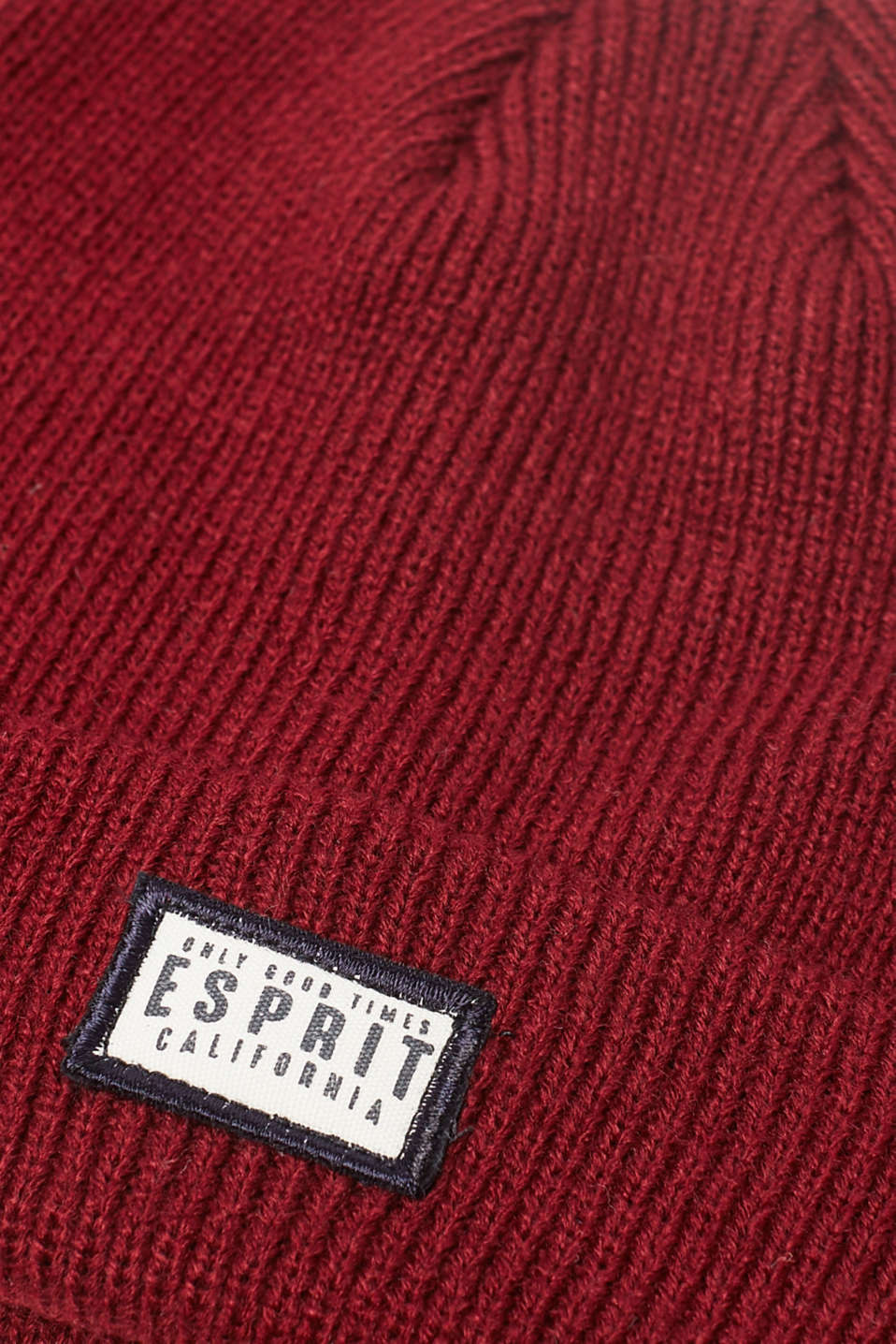 Knitted beanie with a logo badge