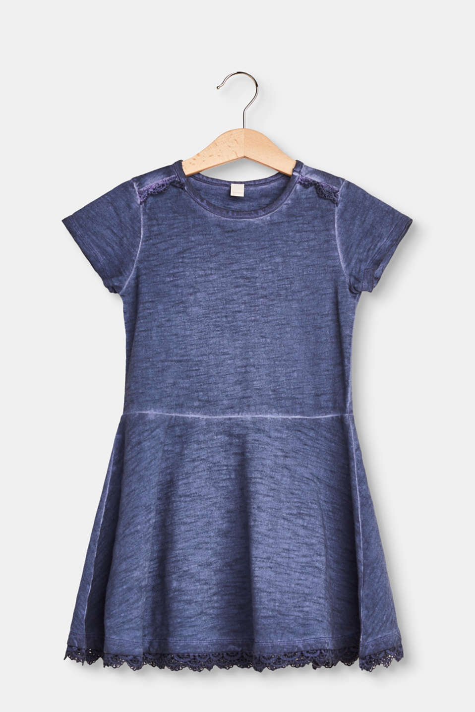 Easy to wear! This dress is exquisitely detailed yet casual.