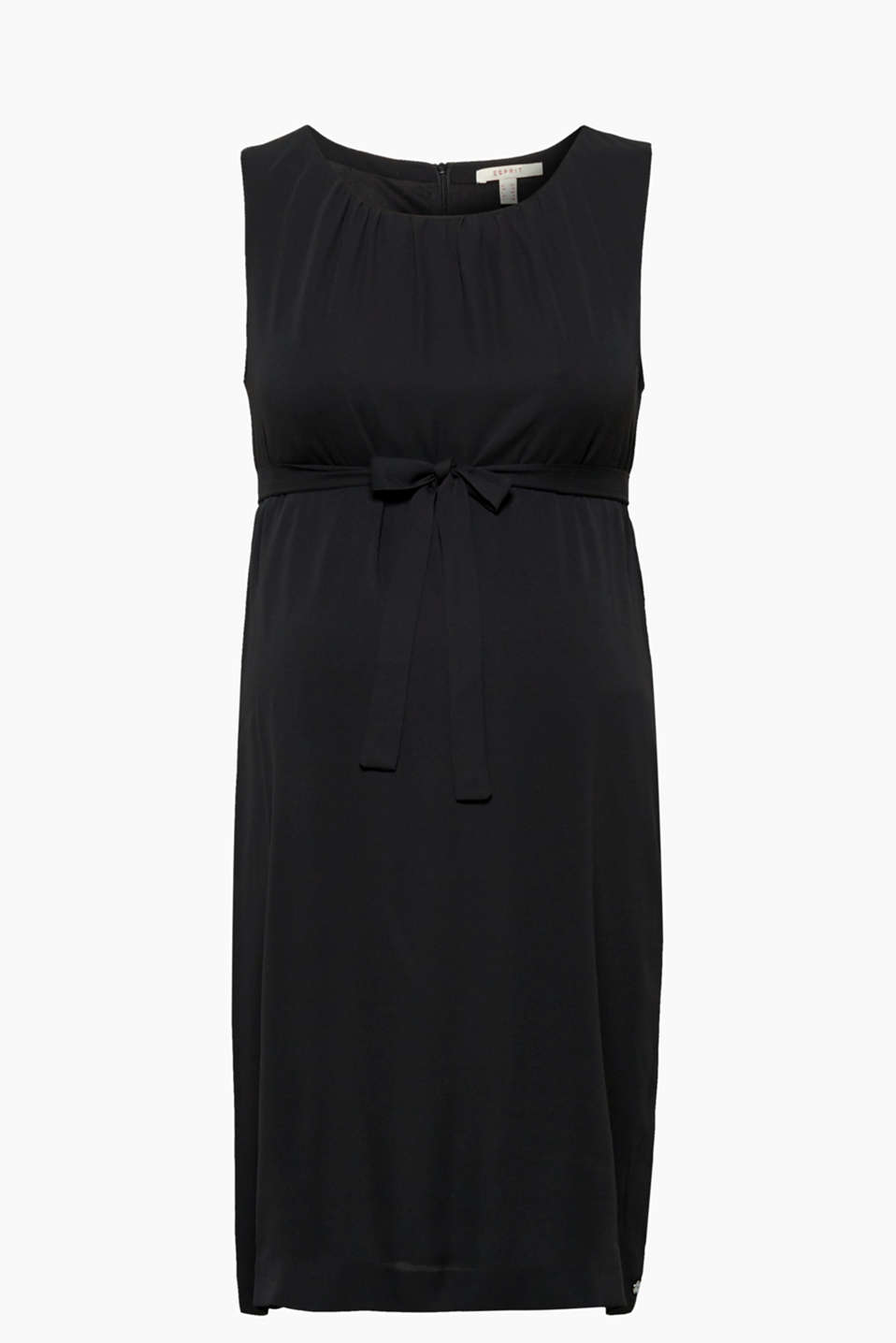 This flowing dress with a pleated neckline and a tie-around belt: simply put it on and look good!